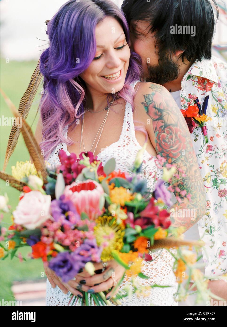 Schweden, Bräutigam küssende Braut im Hippie-Hochzeit Stockbild