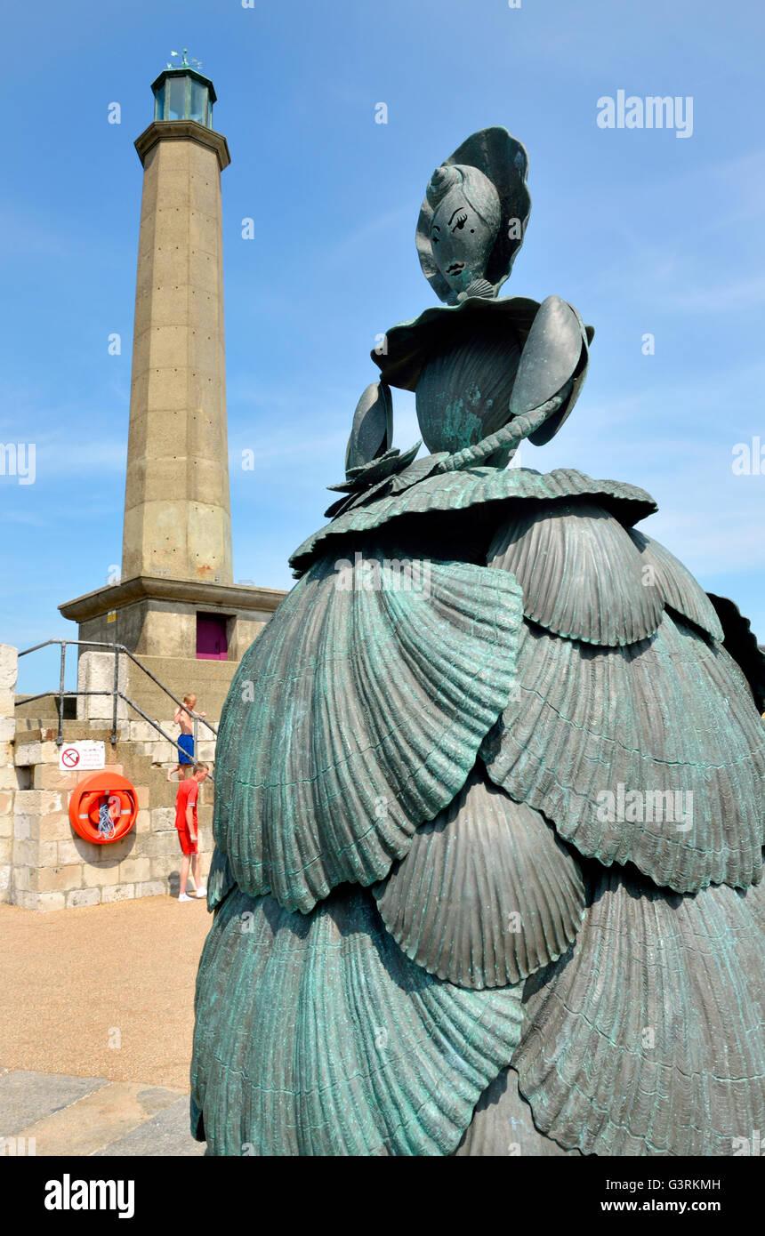 Margate, Kent, England, UK. Frau Booth, die Shell-Dame von Margate (Ann Carrington; 2008) Skulptur am Leuchtturm... Stockbild