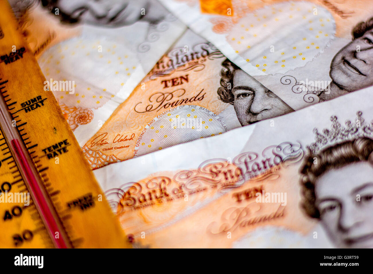 Thermometer und britischen Pfund-Note, die Darstellung der Kosten der globalen Erwärmung Stockbild