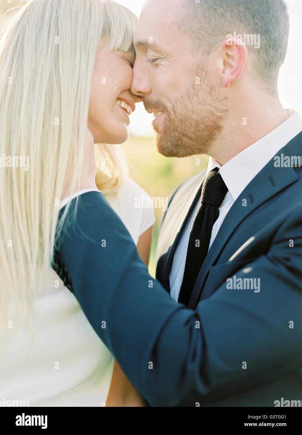 Schweden, Bräutigam und Braut küssen Stockbild