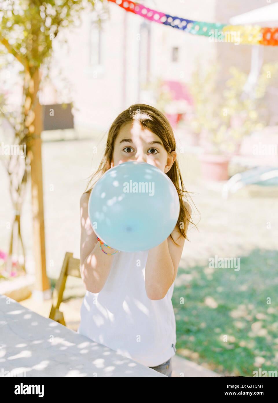 Italien, Boy (8-9) aufblasen blauen Ballon Stockbild