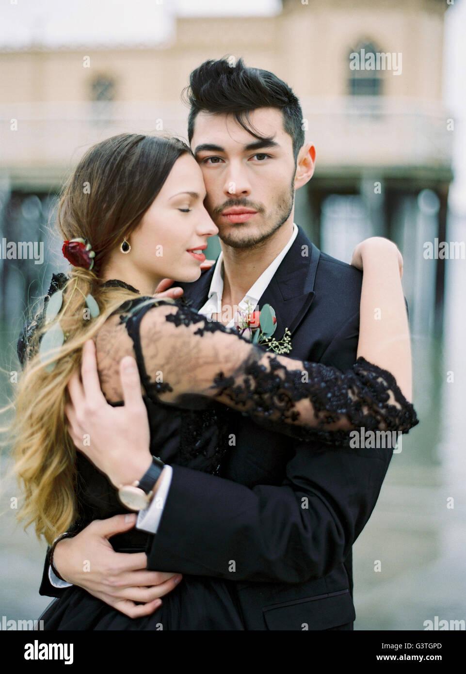 Schweden, gekleidet Varberg, Halland Young formal paar umarmt Stockbild