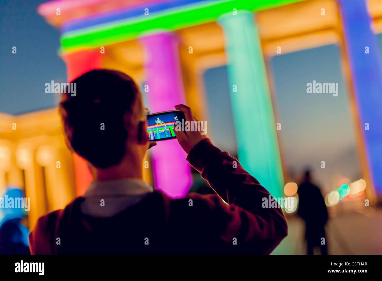 Deutschland, Berlin, Brandenburger Tor, Blick auf bunte Beleuchtung in der Dämmerung Stockbild