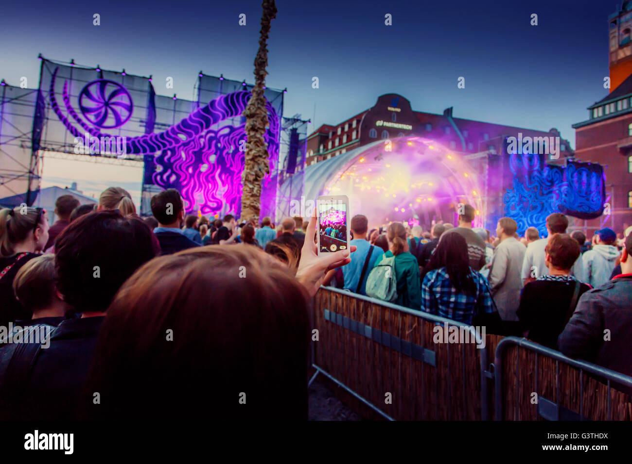 Schweden, Skane, Malmö, Zuschauer fotografieren Festival Leistung mit Smartphone Stockbild