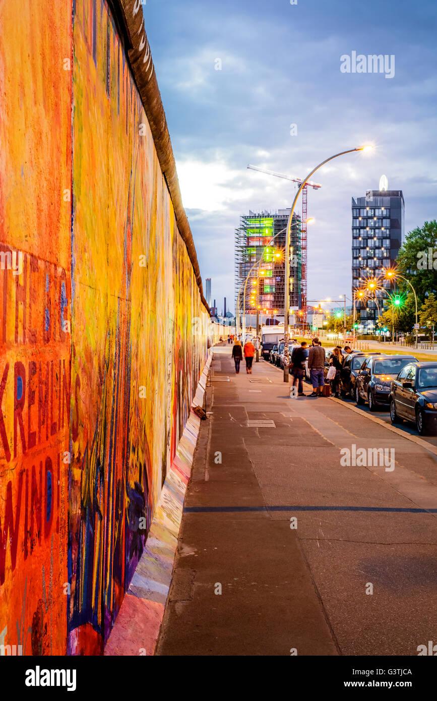 Deutschland, Berlin, East Side Gallery, Blick entlang der Berliner Mauer in der Morgendämmerung Stockbild