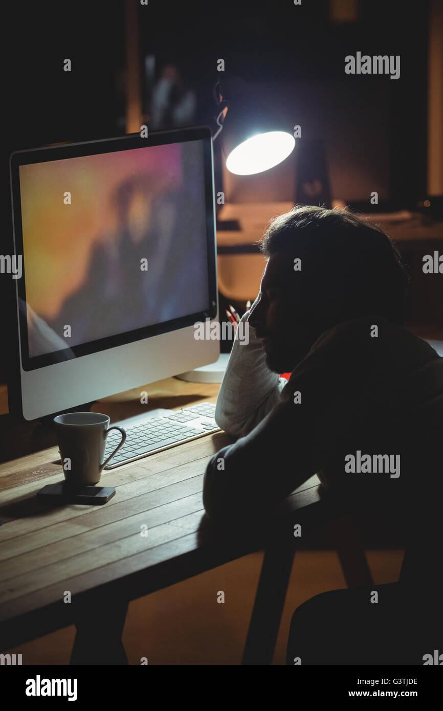 Verschlafene Geschäftsmann gerade seinen computer Stockbild