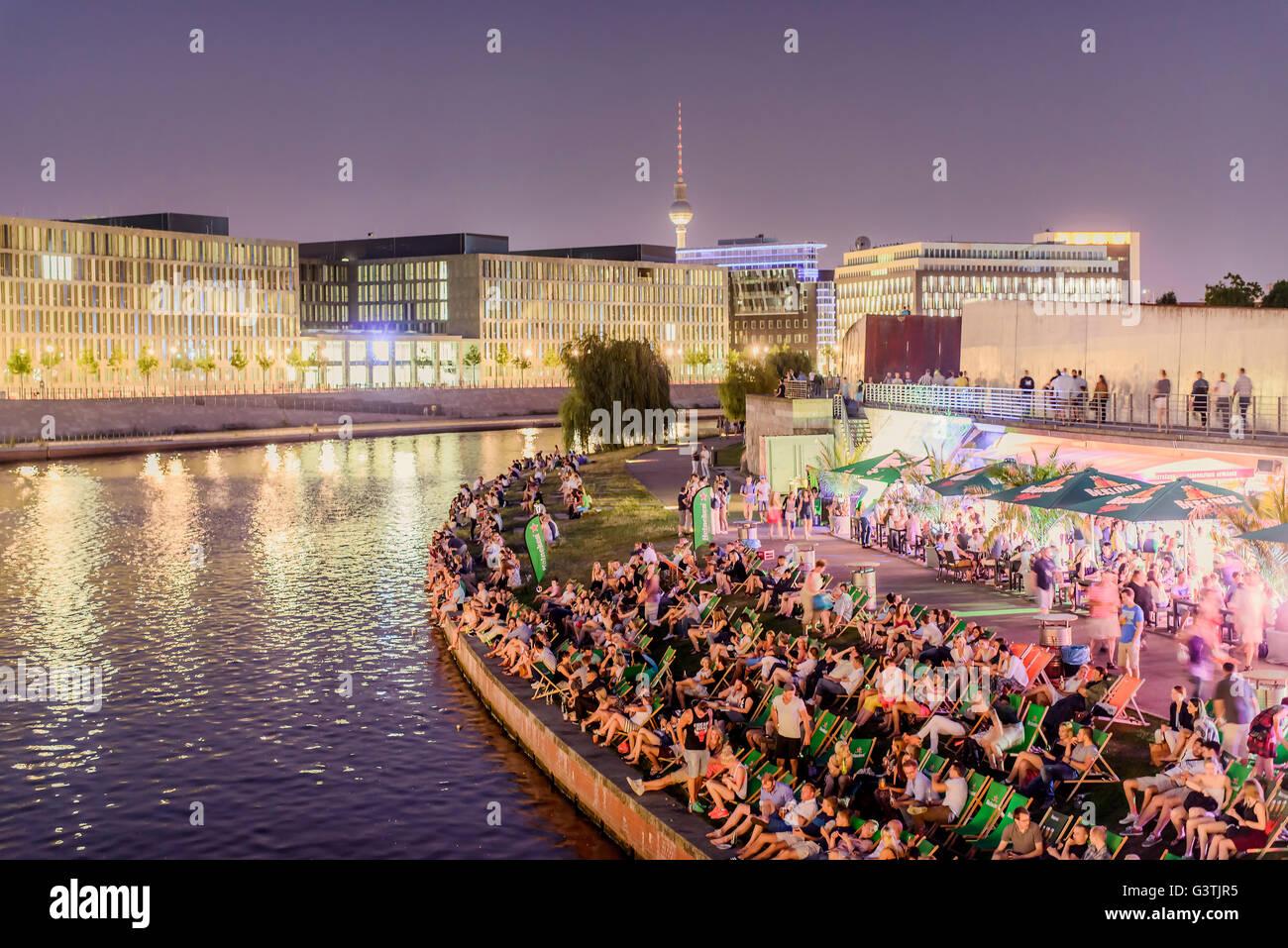 Deutschland, Berlin, Spree entlang, Masse sitzen in Klappstühle am Ufer in der Nacht Stockbild