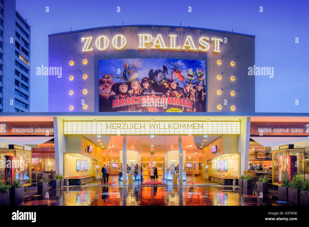 Deutschland, Berlin, Kurfürstendamm, beleuchtete Fassade der Zoo Palast Kino Stockbild