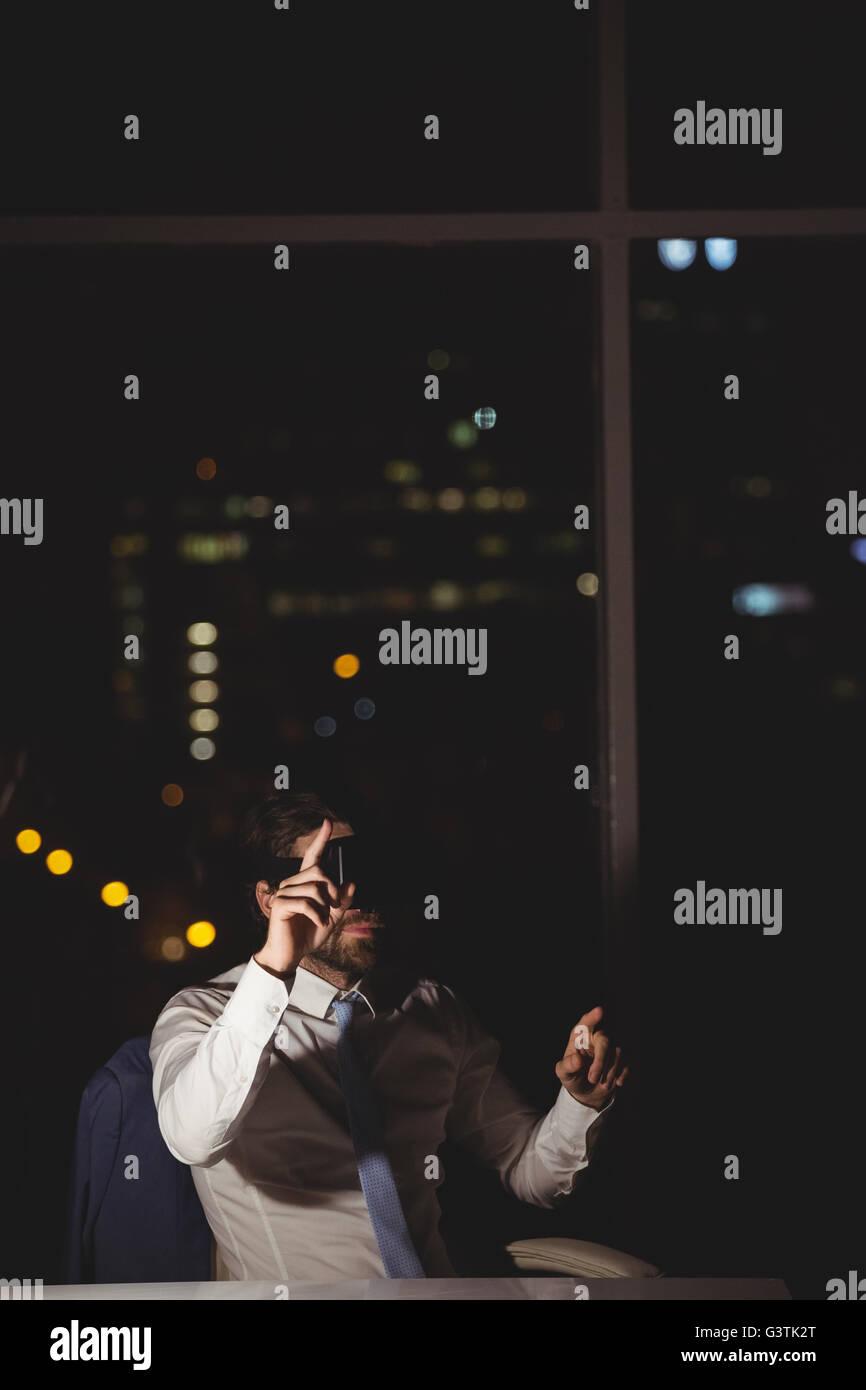 Geschäftsmann mit virtual-Reality-Gerät Stockbild