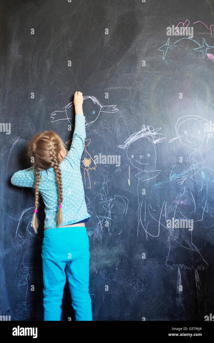 Finnland, Mädchen (4-5) gestützt auf Tafel Stockbild