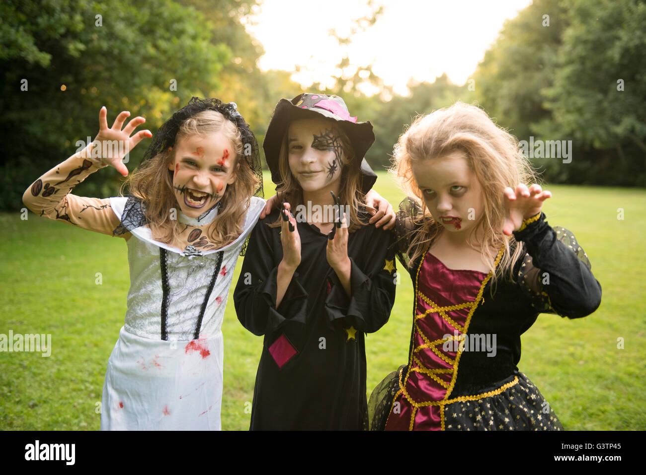 Drei Kinder gekleidet im Kostüm für Halloween-Nacht. Stockfoto