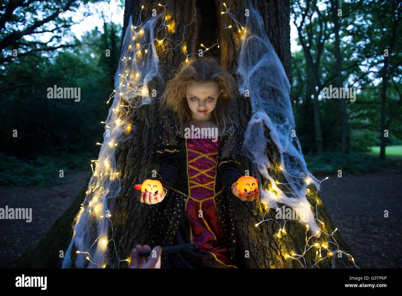 Ein Kind gekleidet im Kostüm für Halloween-Nacht. Stockfoto