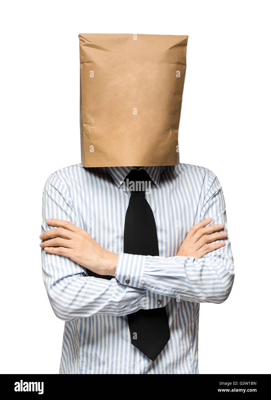 junger Mann seinen Kopf mit einer Papiertüte zu bedecken. Mann sorgen Stockbild