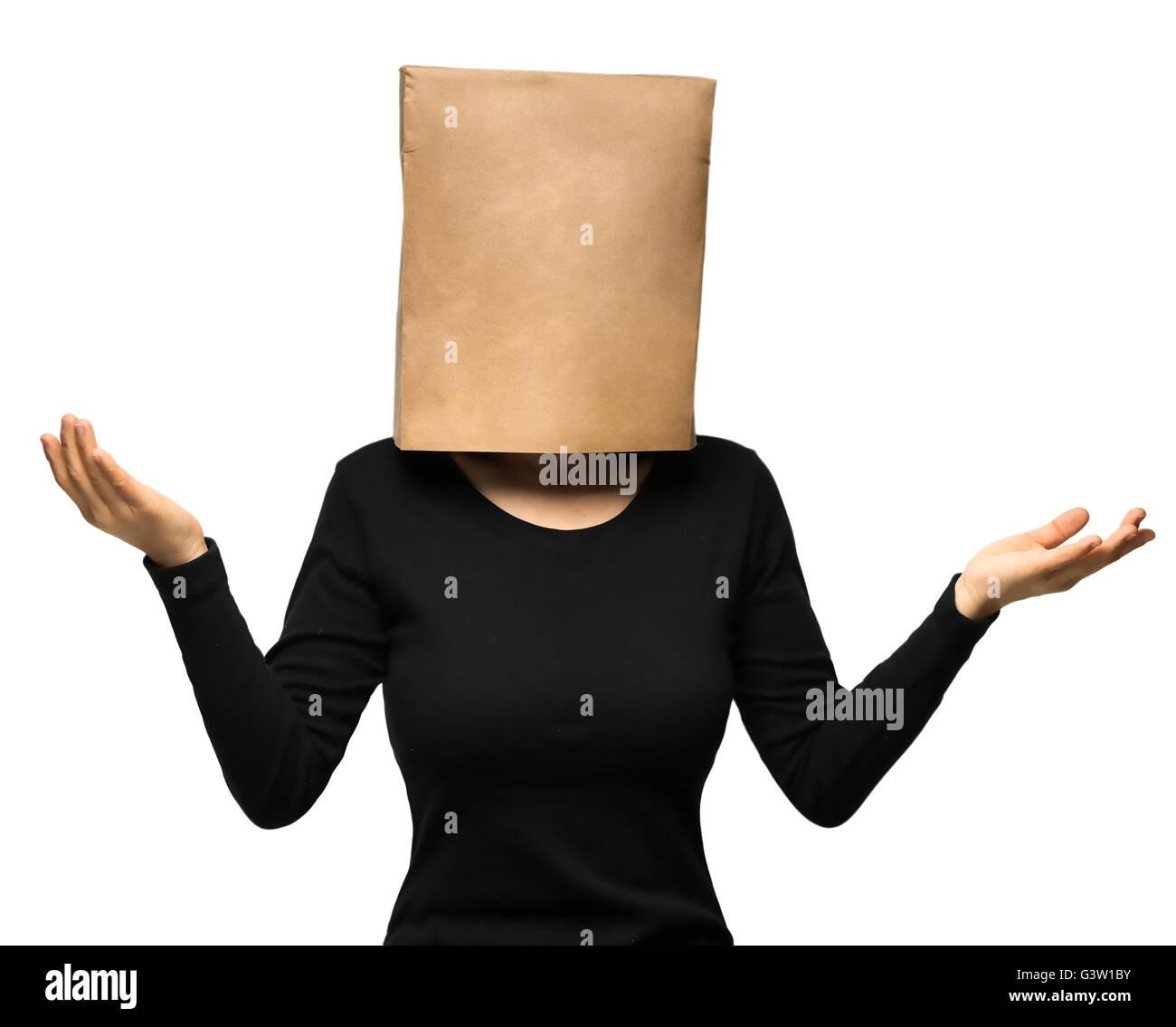 junge Frau, die seinen Kopf mit einer Papiertüte zu bedecken. Stockbild