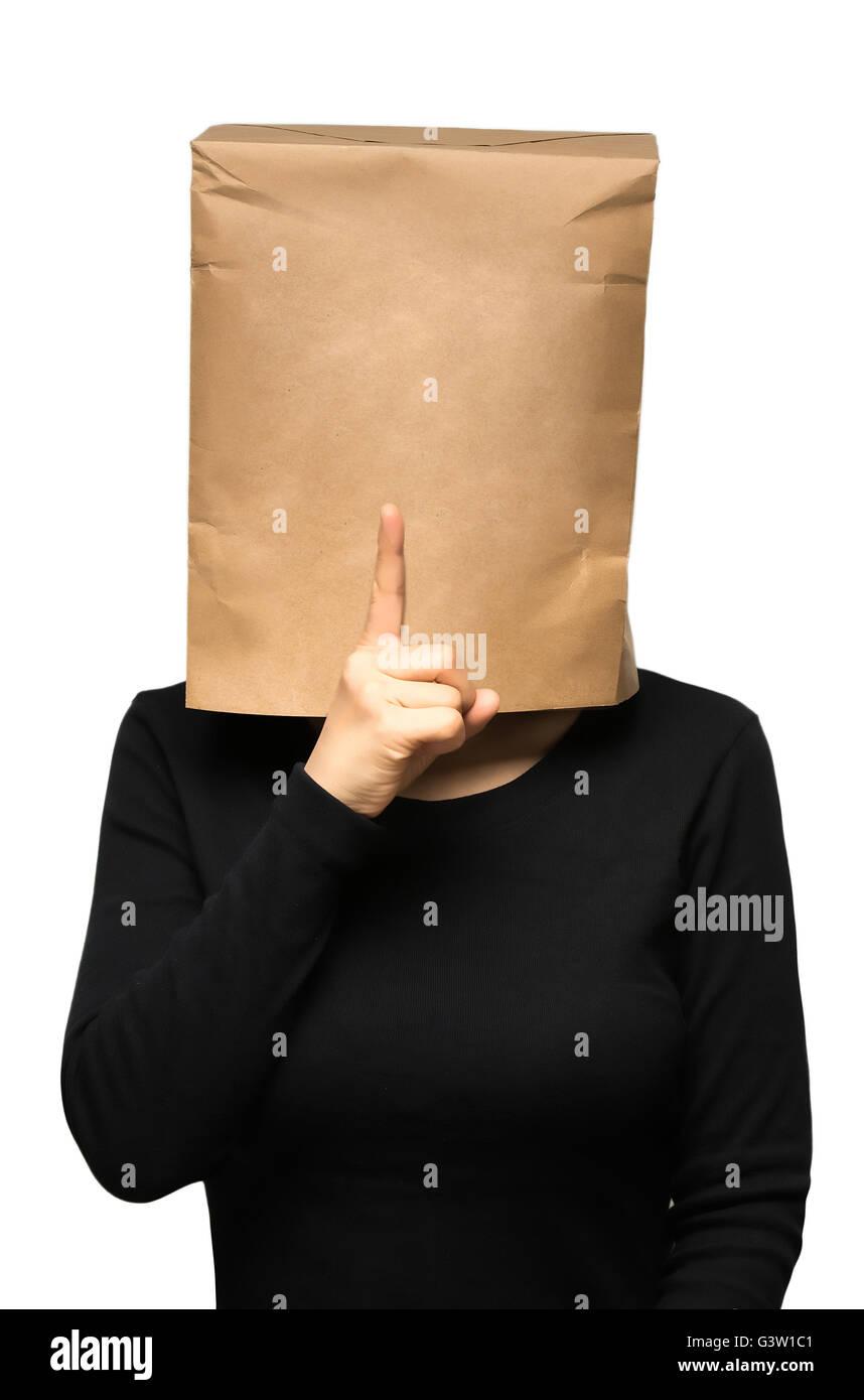 junge Frau, die seinen Kopf mit einer Papiertüte zu bedecken. ruhig Stockbild