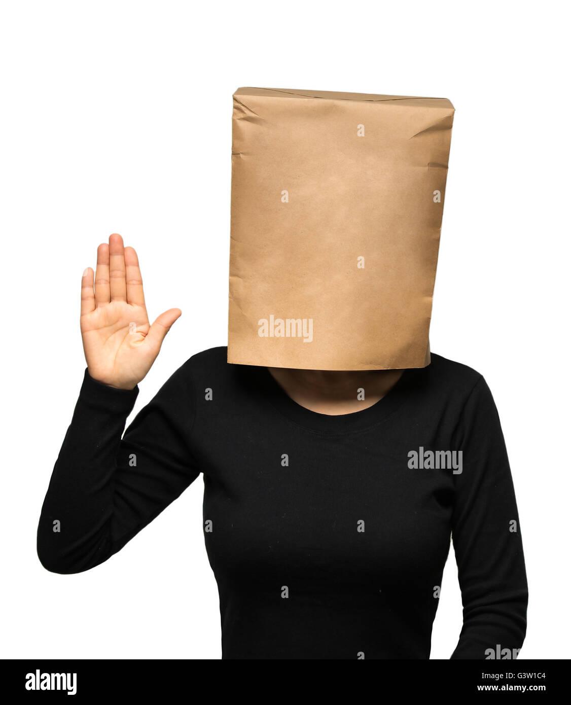 junge Frau, die seinen Kopf mit einer Papiertüte zu bedecken. Frau Eid Stockbild