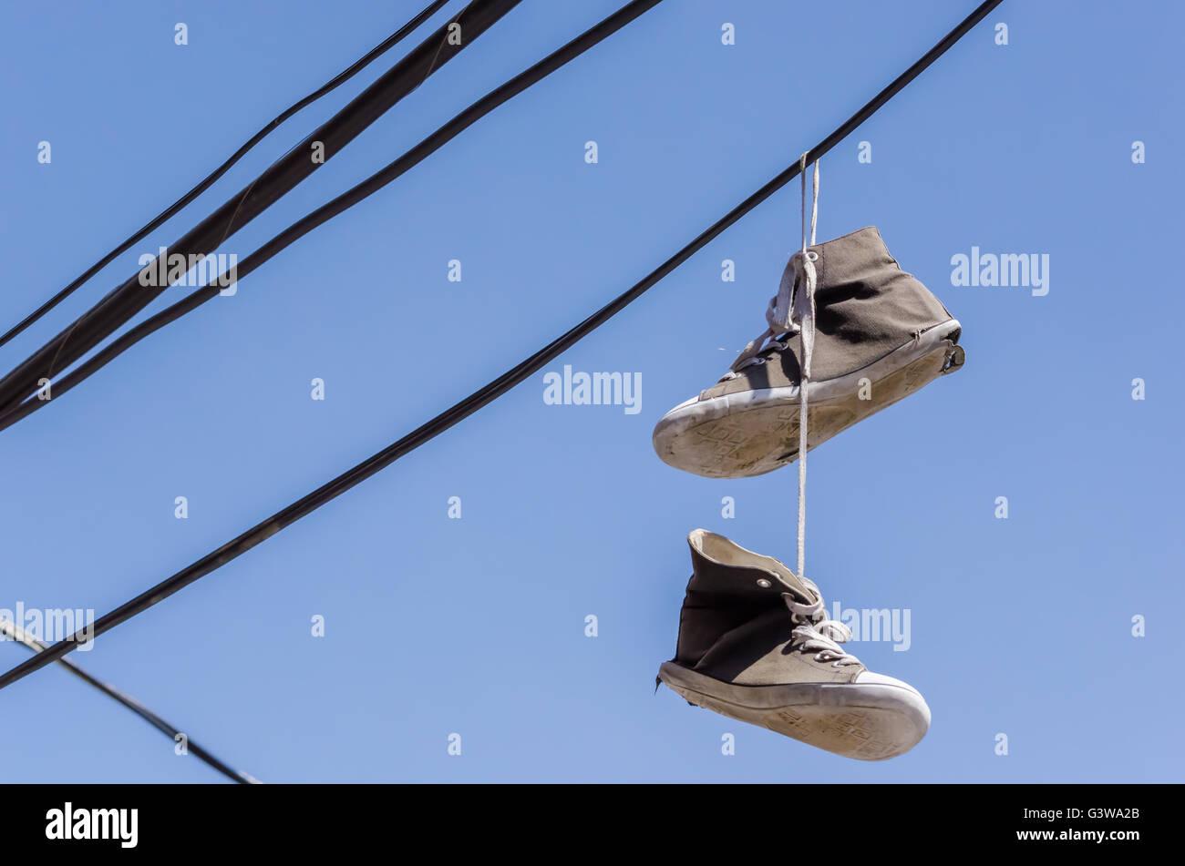 Schuhe hängen von Drähten in Montreal, Kanada Stockfoto