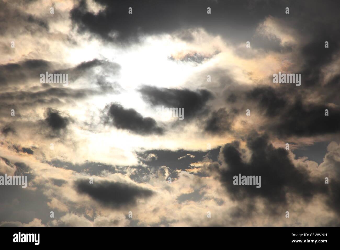 Sonne mit dunklen Wolken vorbei Stockbild