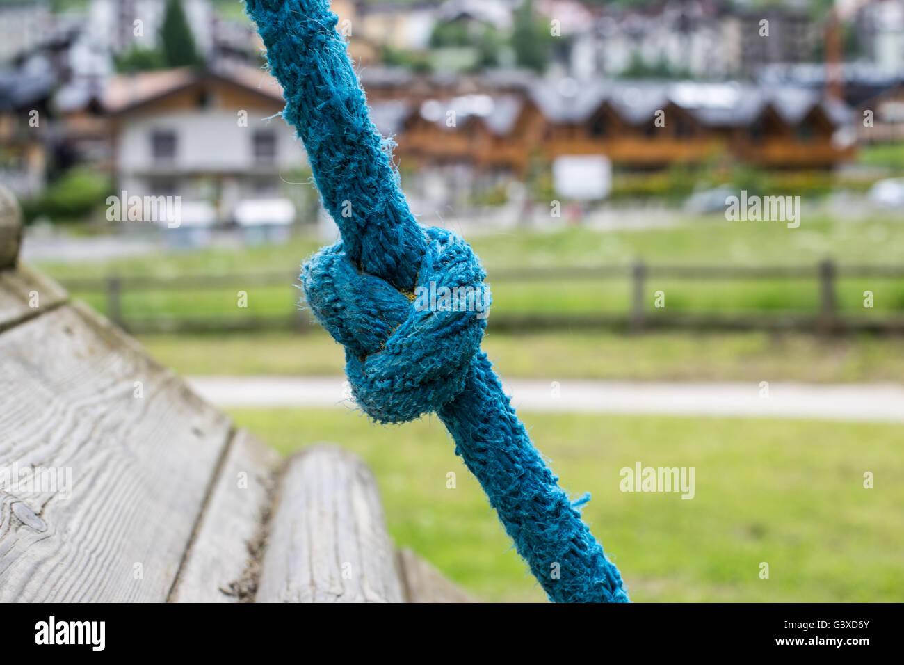 Blauen Seil Knoten am Spielplatz Stockbild
