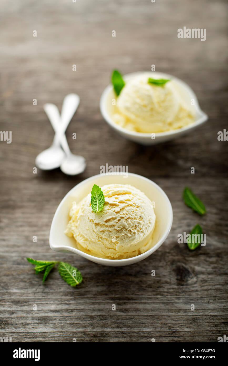 Frisches Obst Sorbet-Eis in einer weißen Schale. Stockbild