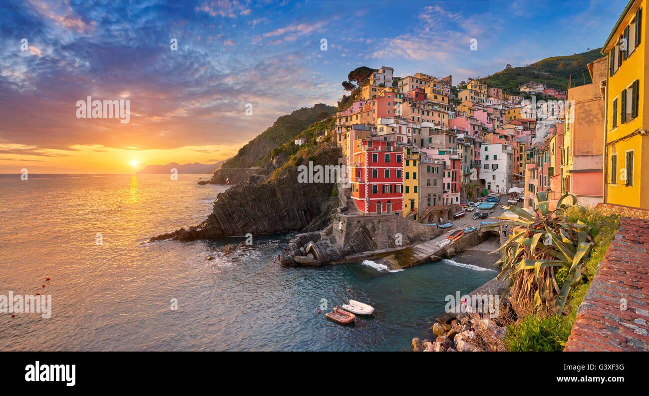 Blick auf den Sonnenuntergang von Riomaggiore, Riviera de Levanto, Cinque Terre, Ligurien, Italien Stockbild