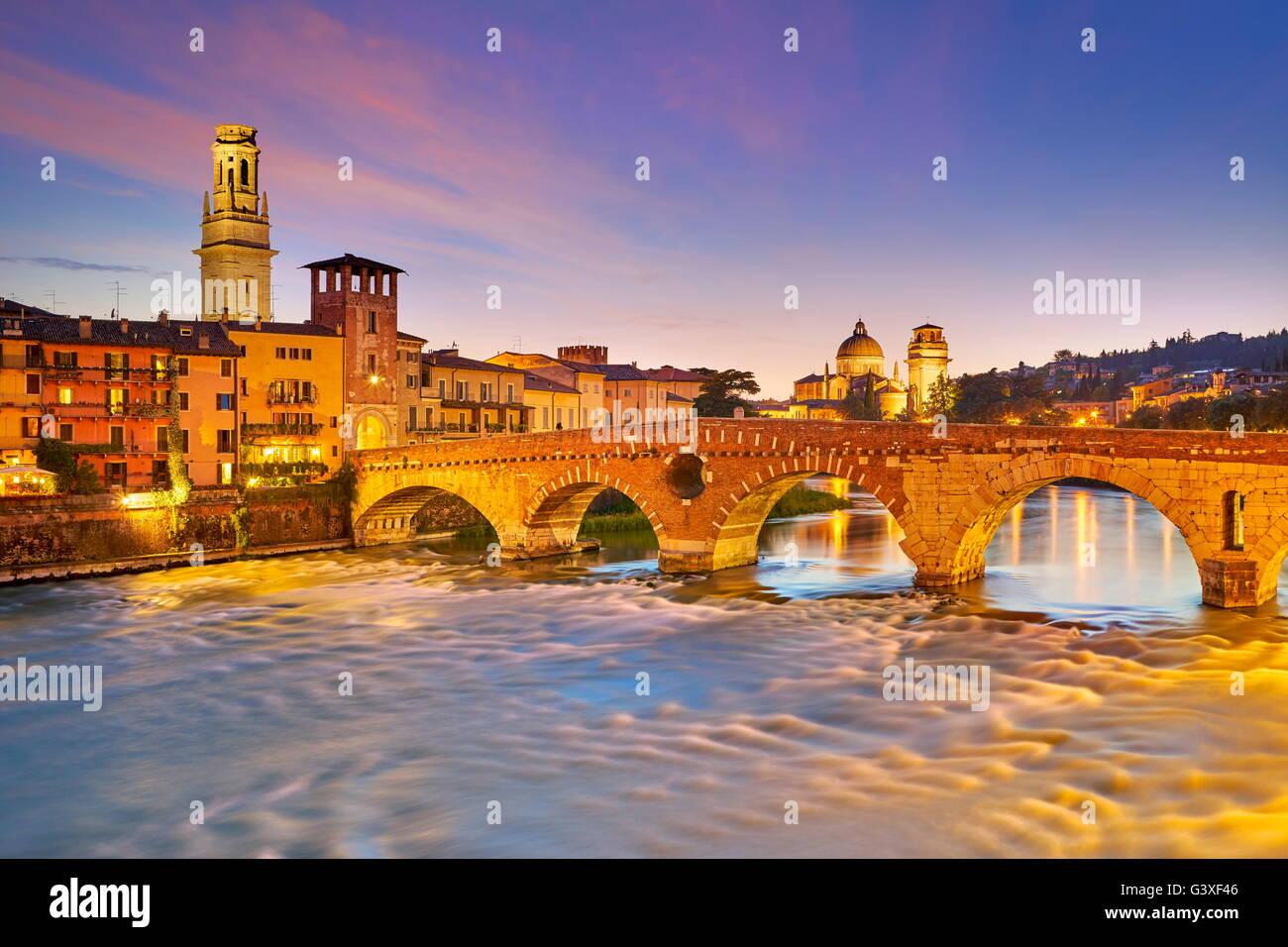 Verona - Ponte Pietra Brücke in der Abenddämmerung, Italien Stockbild