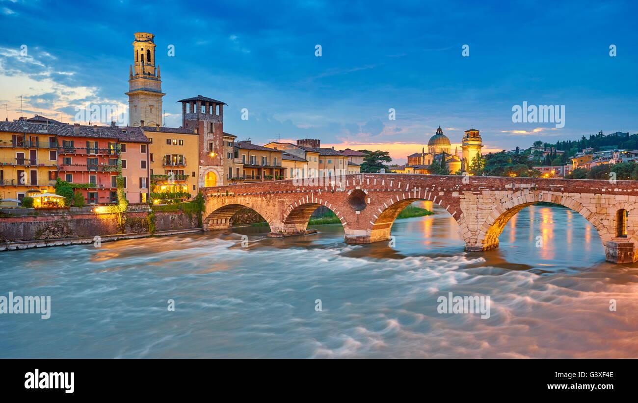 Ponte Pietra Brücke am Abenddämmerung, Altstadt von Verona, Venetien, Italien Stockbild