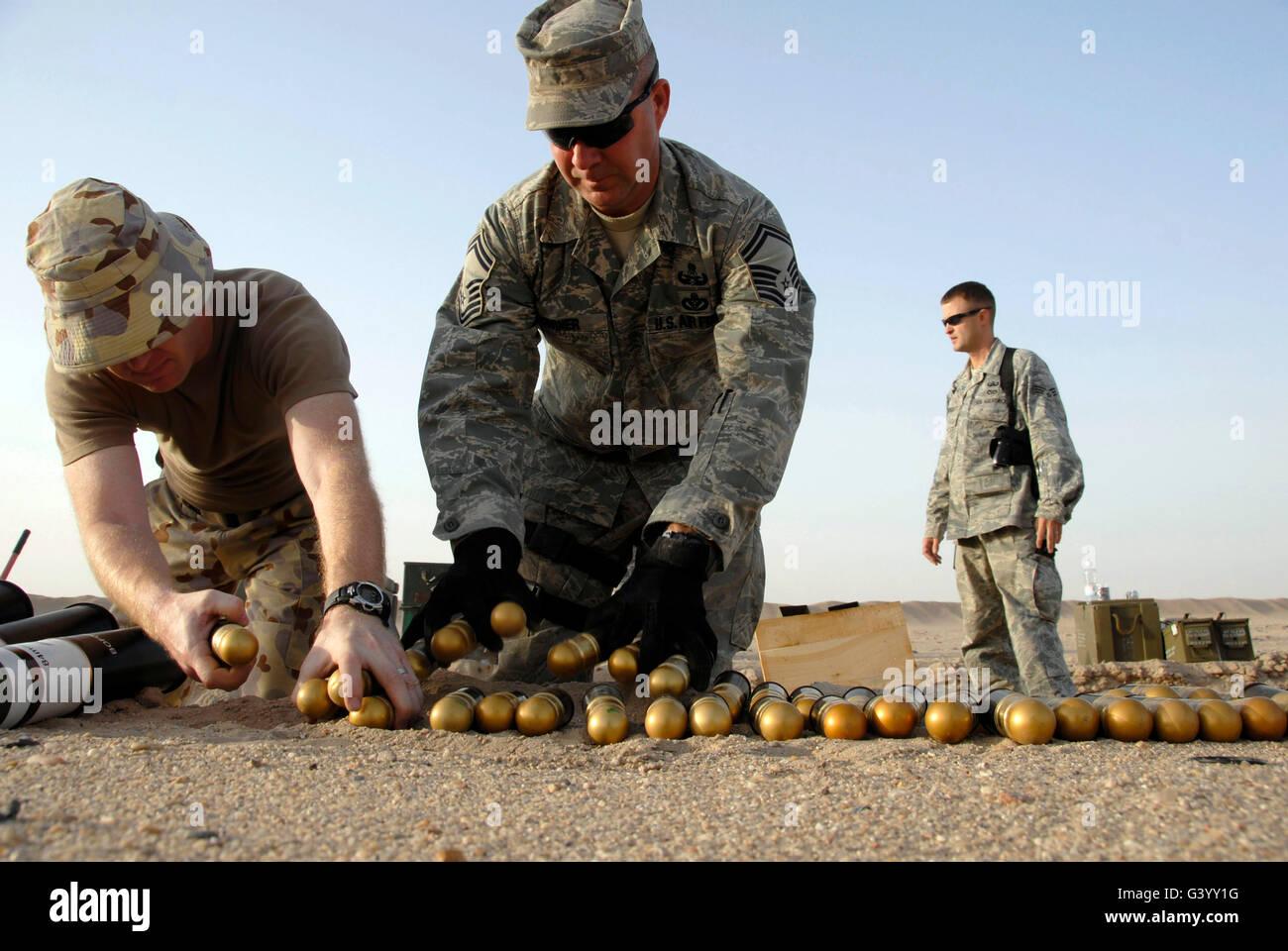 Techniker bereiten die Granaten zur Entsorgung bei einer kontrollierten Sprengung. Stockbild
