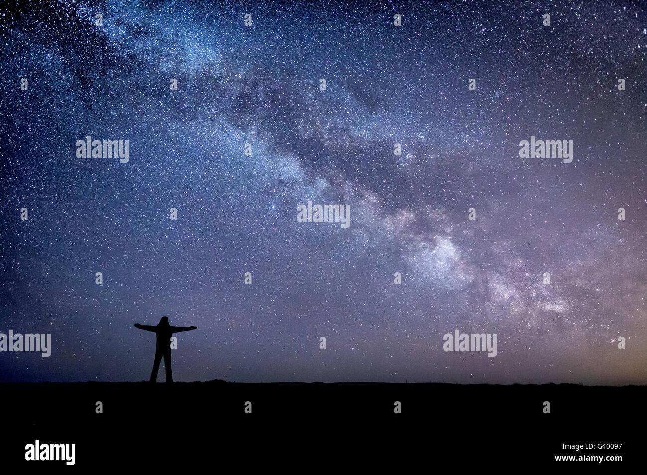 Raum ist das groß! Ein Selbstportrait von einer Nacht verbrachte Sterngucken Dunstanburgh Castle in Northumberland Stockbild