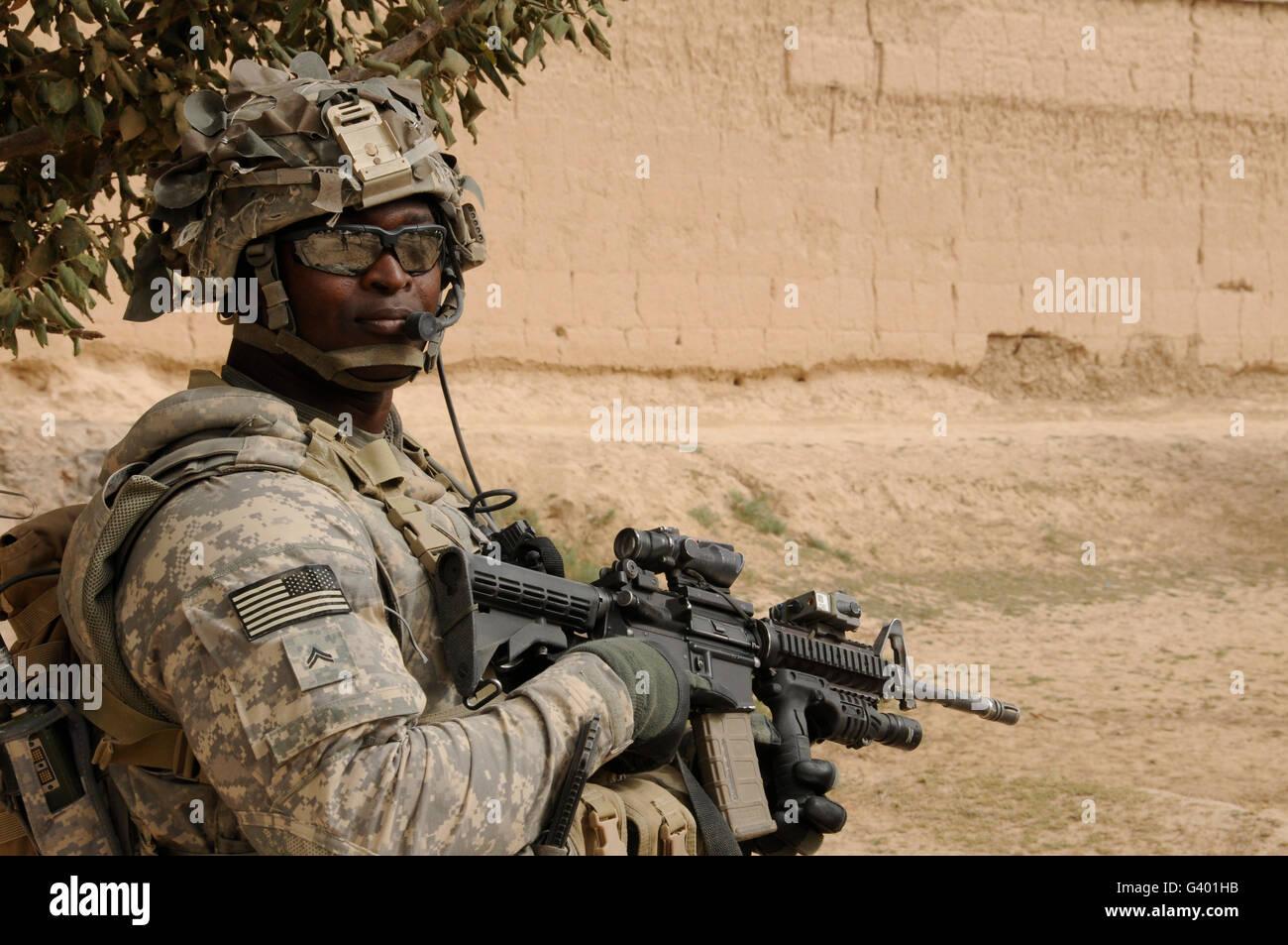 Entfernungsmesser Us Army : Us army soldat scannt seine bereich während einer patrouille in