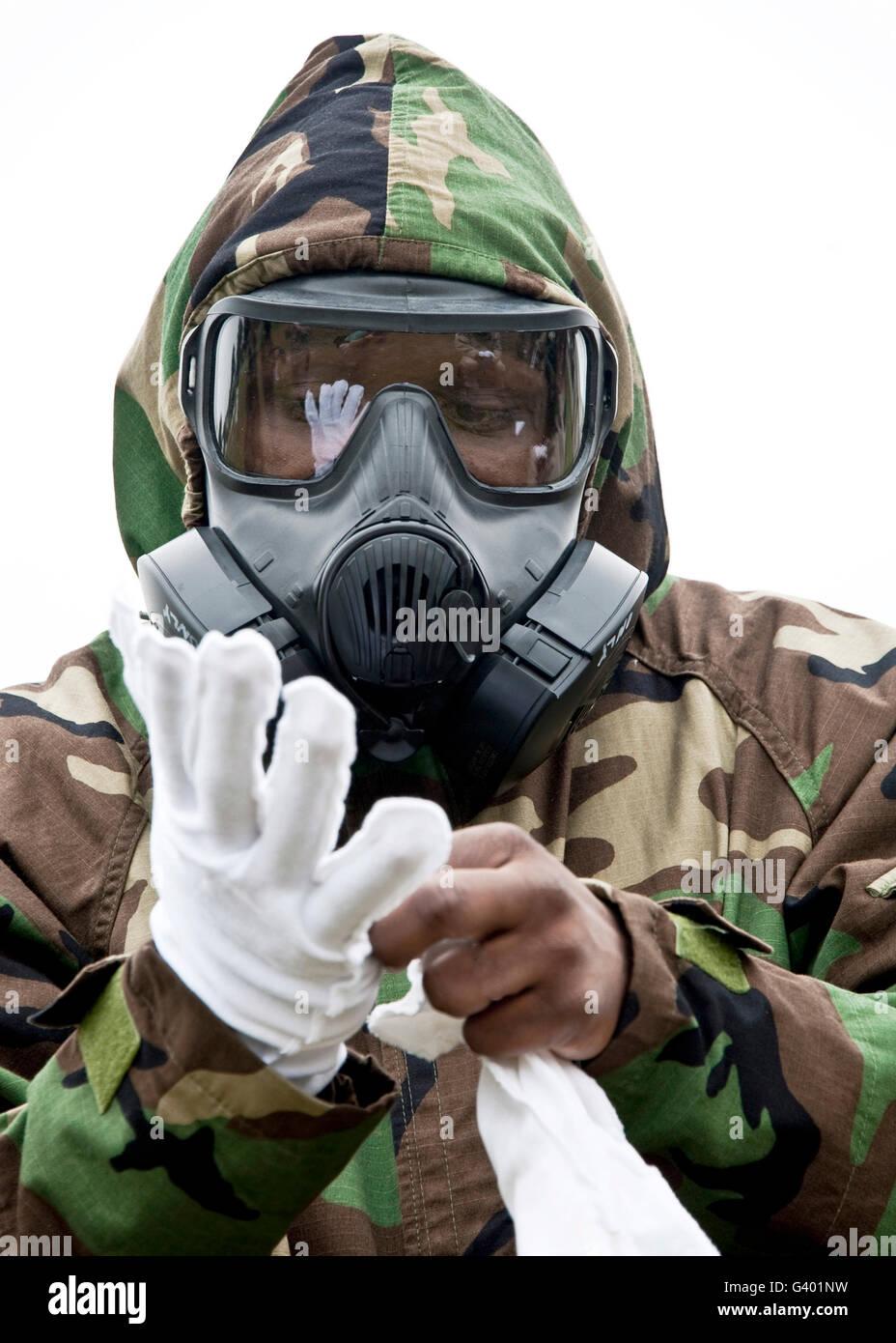 Ein Flieger setzt auf chemische Schutzkleidung. Stockbild