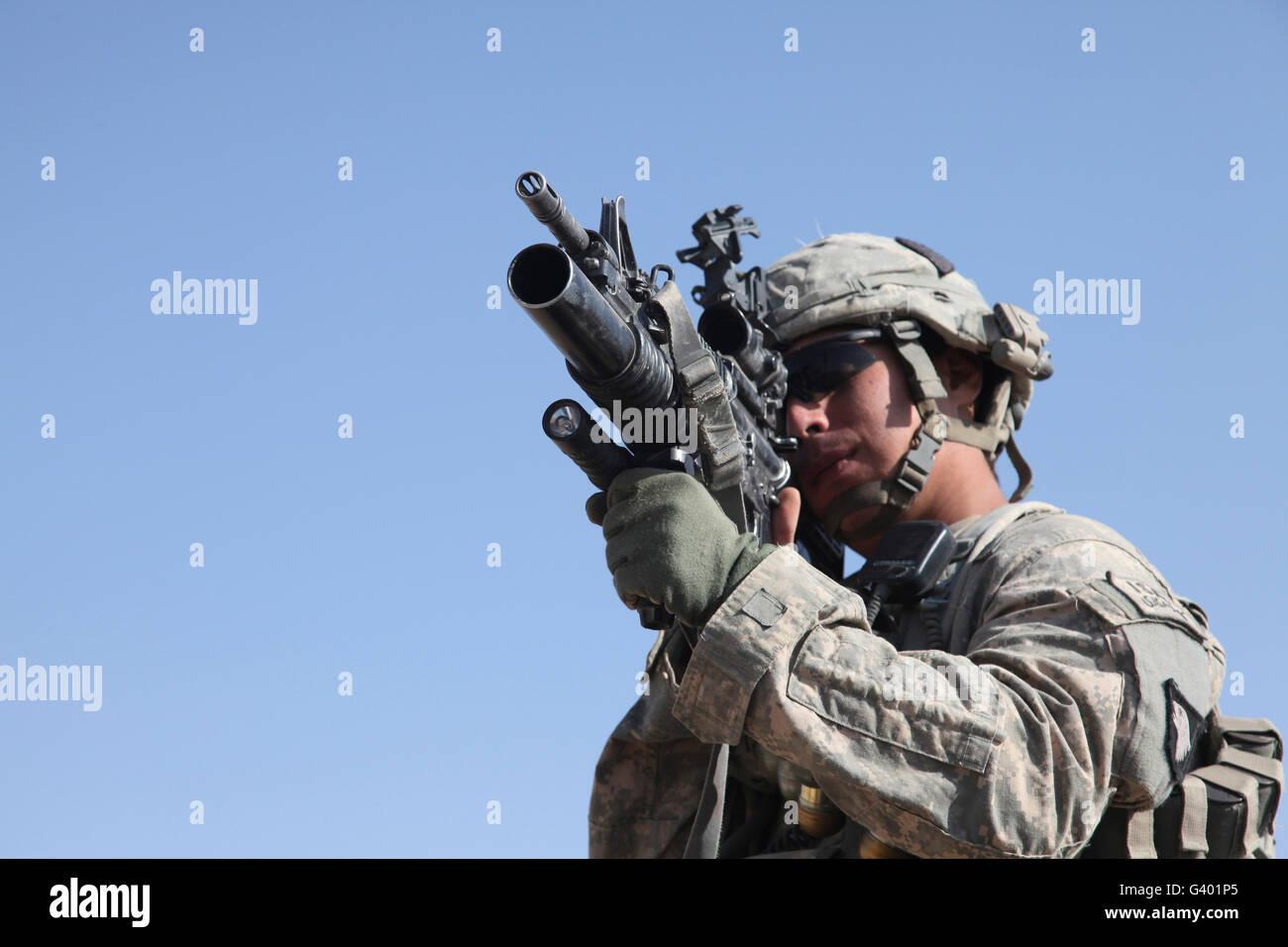 Entfernungsmesser Us Army : Us army soldat scannt die gegend mit einem m granatwerfer