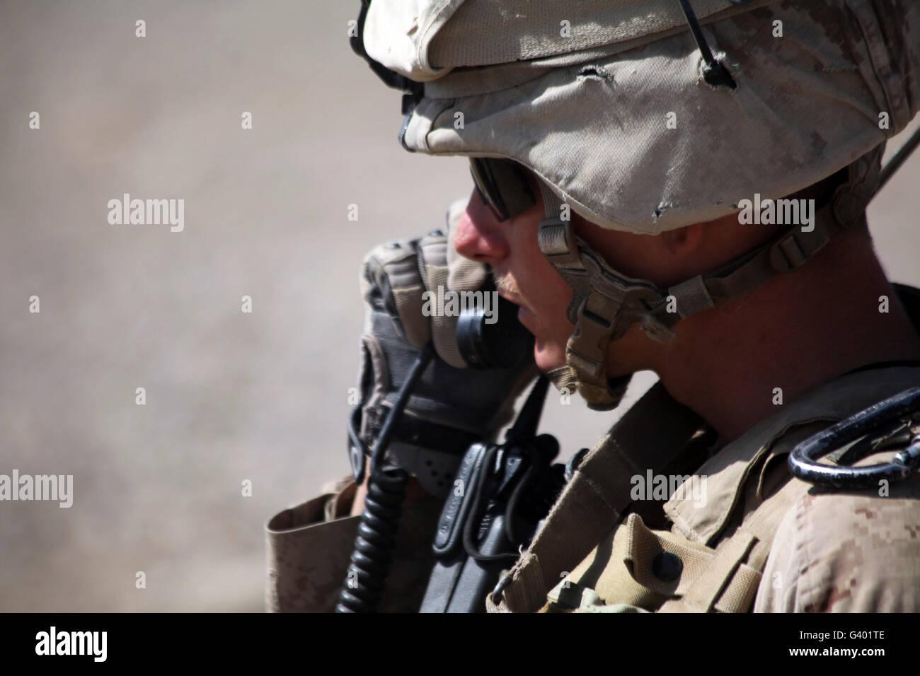 Ein Squad-Leader setzt seine Marines in Position über das Radio. Stockbild