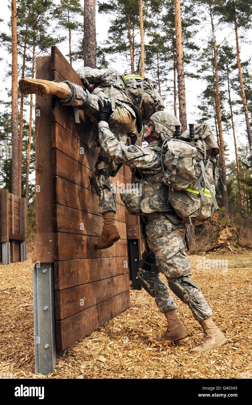 US-Armee Soldaten klettern über ein Hindernis in Grafenwöhr, Deutschland. Stockbild