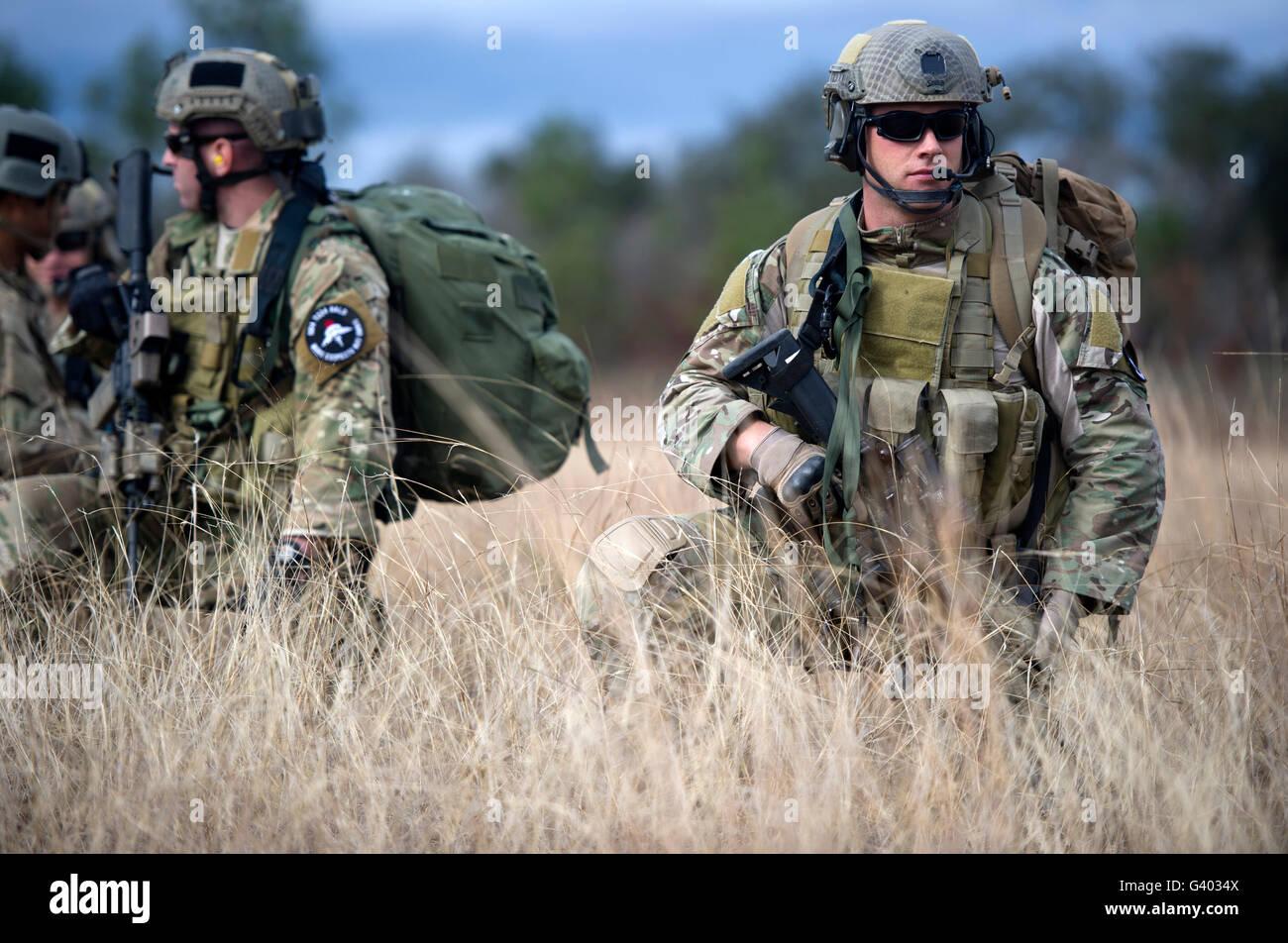 US-Soldaten warten auf die Ankunft einer CH-47 Chinook. Stockbild