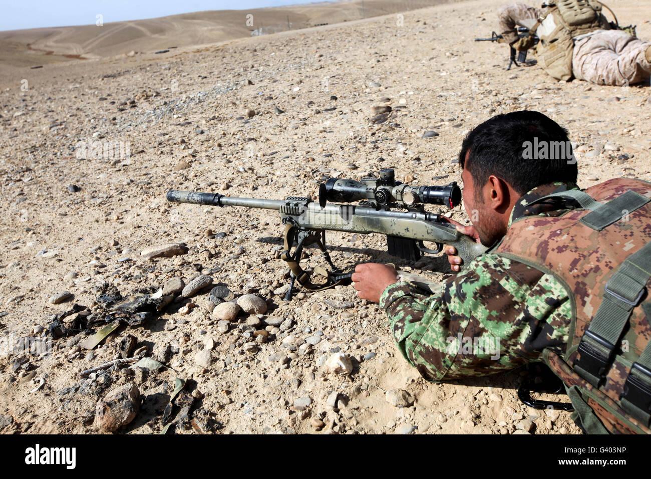 Ein Afghan National Army Soldat feuert eine M40A5 Gewehr. Stockbild