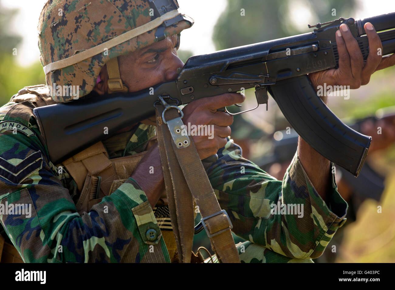 Maledivische Marine feuert eine AK-47 Gewehr. Stockbild