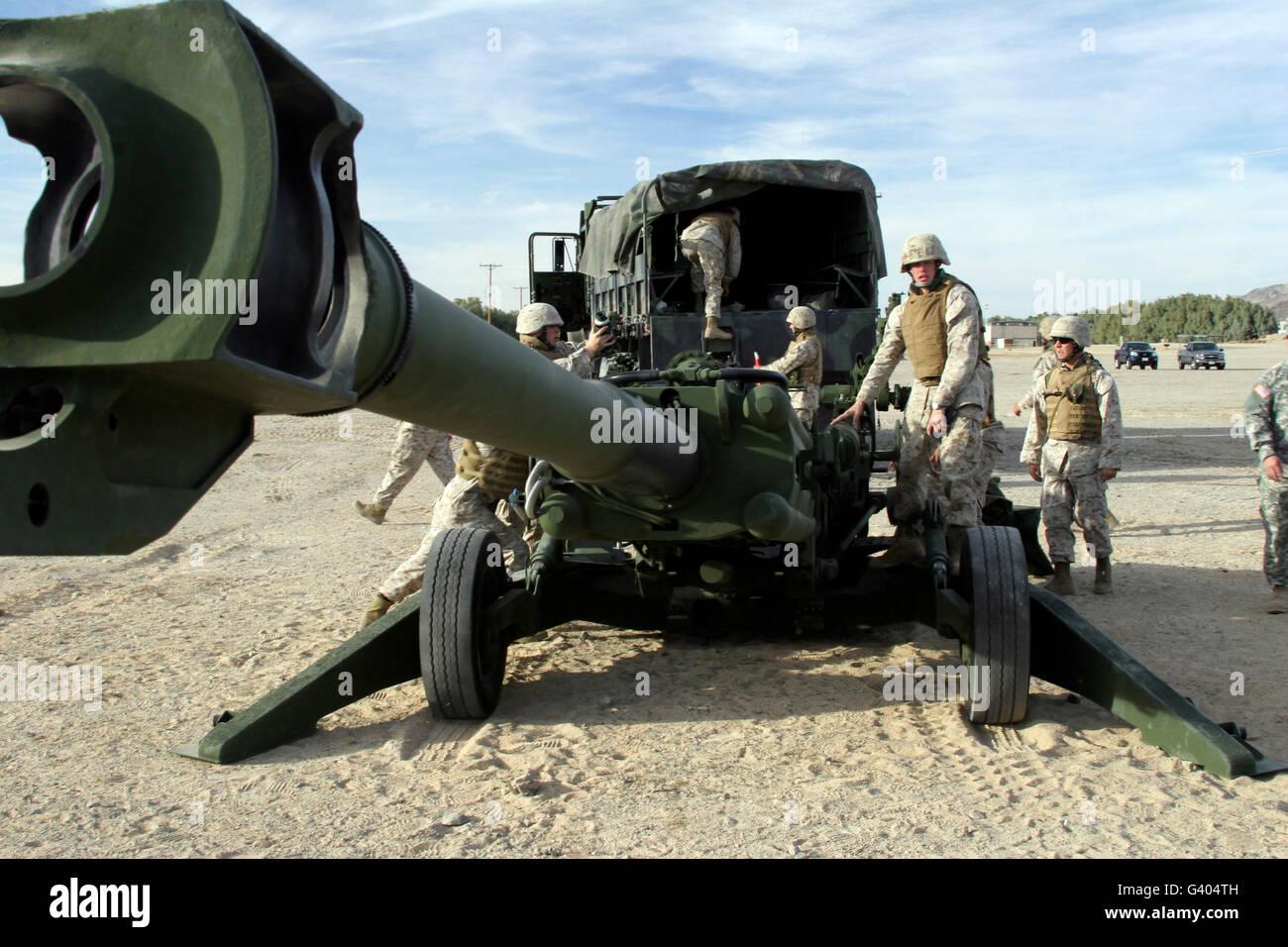 Kanoniere trainieren mit der leichte Haubitze M777. Stockbild