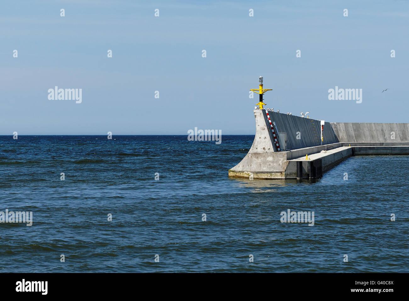 Konkreten Wellenbrecher gehen tief ins Meer Stockbild