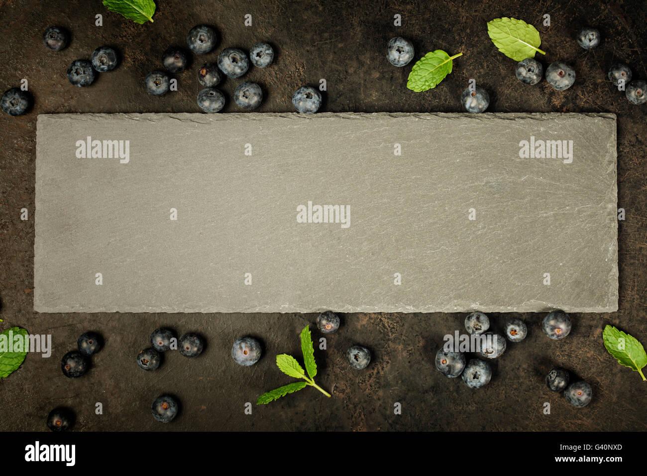 Schwarzes Brett und Beeren. Vorlage für Rezepte oder Speisekarte Stockfoto