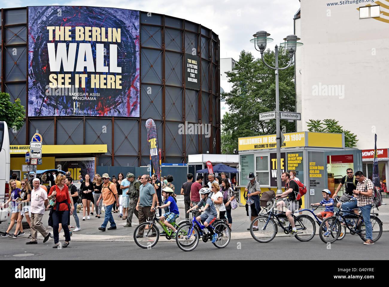 Checkpoint Charlie (Checkpoint C) war der bekannteste Berliner Mauer-Grenzübergang zwischen Ost- und West-Berlin Stockbild