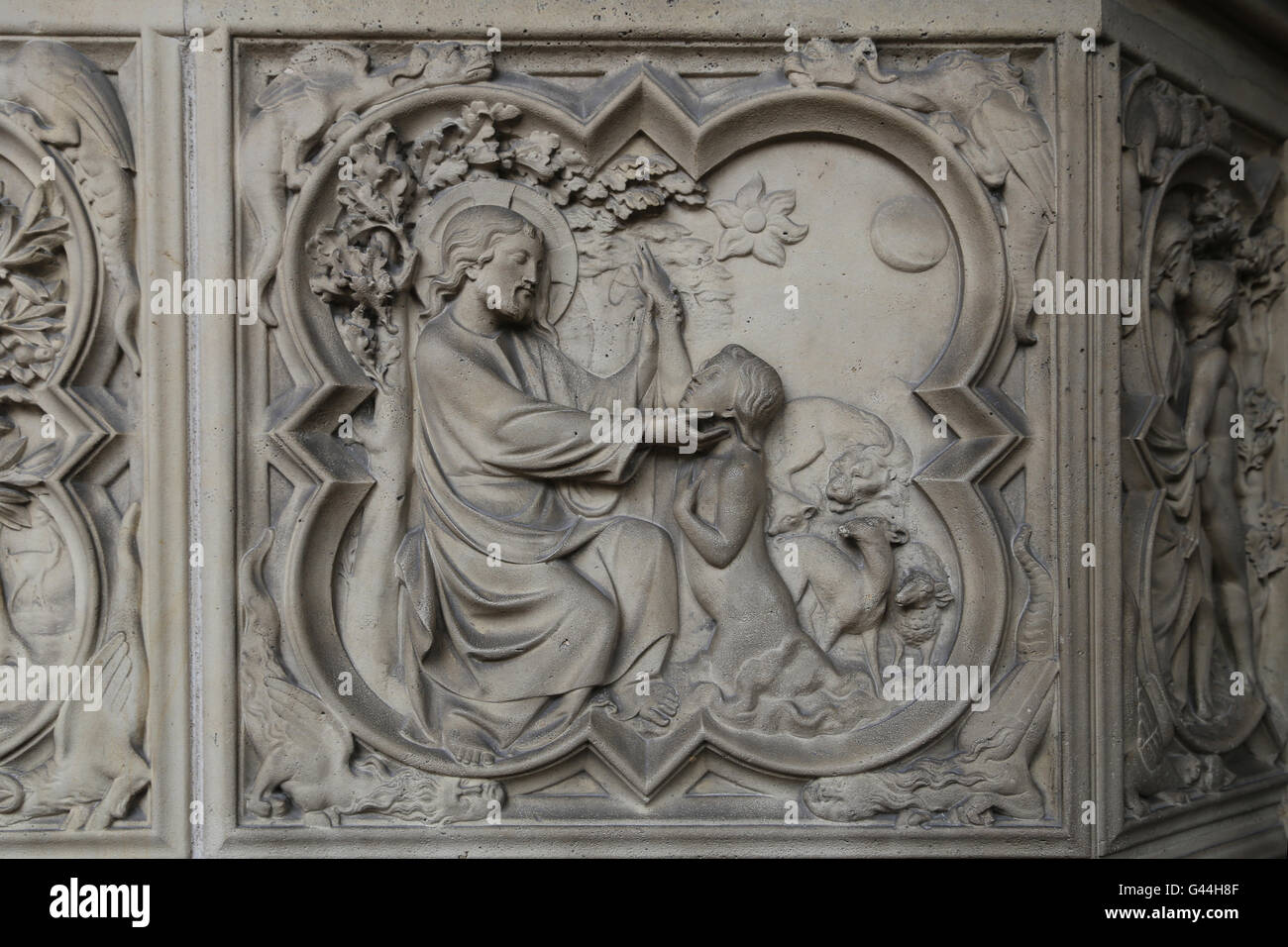 Schaffung von Adam. Relief. Genesis. 13. c. La Sainte-Chapelle, Paris, Frankreich. Stockbild