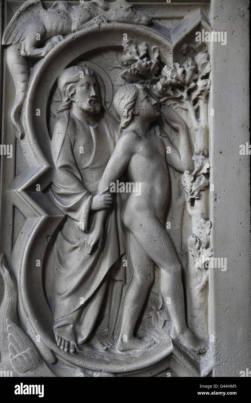 Gott und Adam. Relief. Genesis. 13. c. La Sainte-Chapelle, Paris, Frankreich. Stockbild
