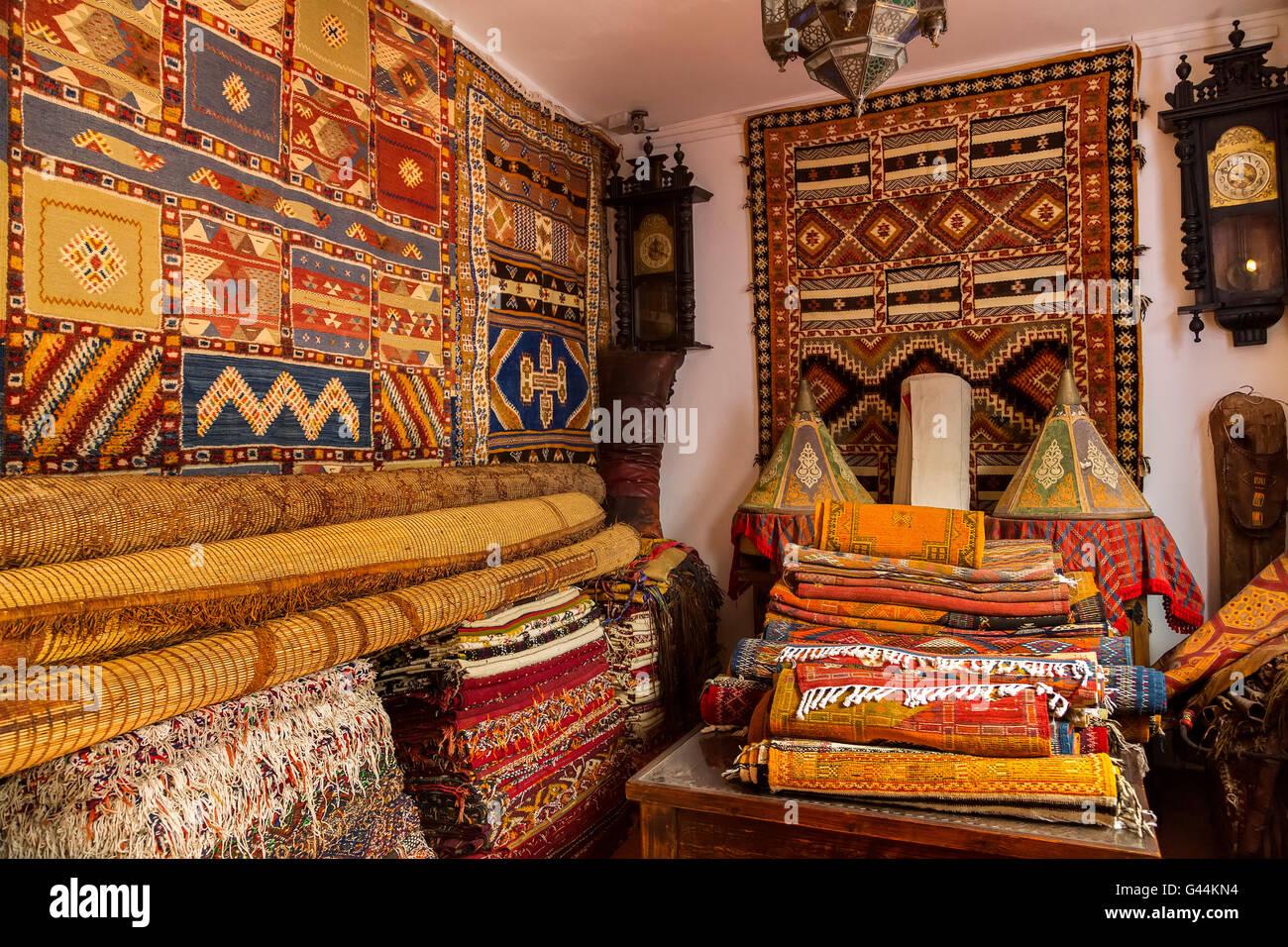 Antiquitäten-Händler und Souvenir-Shop. Medina Grand Socco, die große Souk, alte Stadt Tanger. Marokko Stockbild