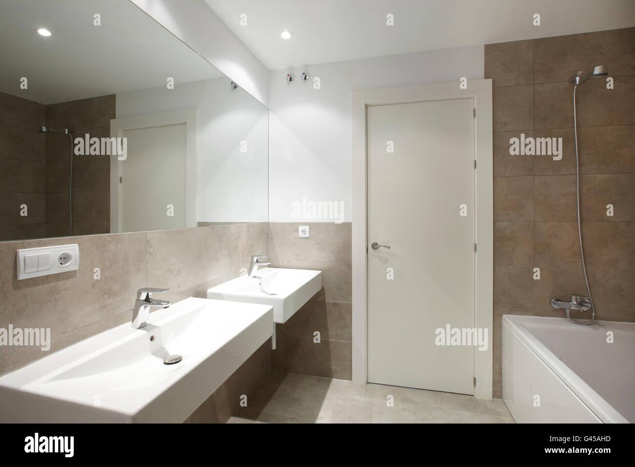 Badezimmereinrichtung  Badezimmer Einrichtung mit braunem Marmor Wände. Querformat ...