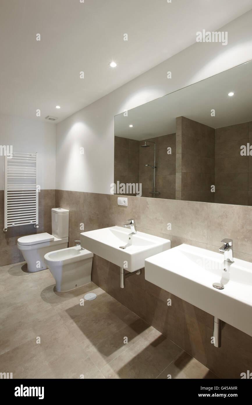 Badezimmer Einrichtung mit braunem Marmor Wände. Hochformat ...