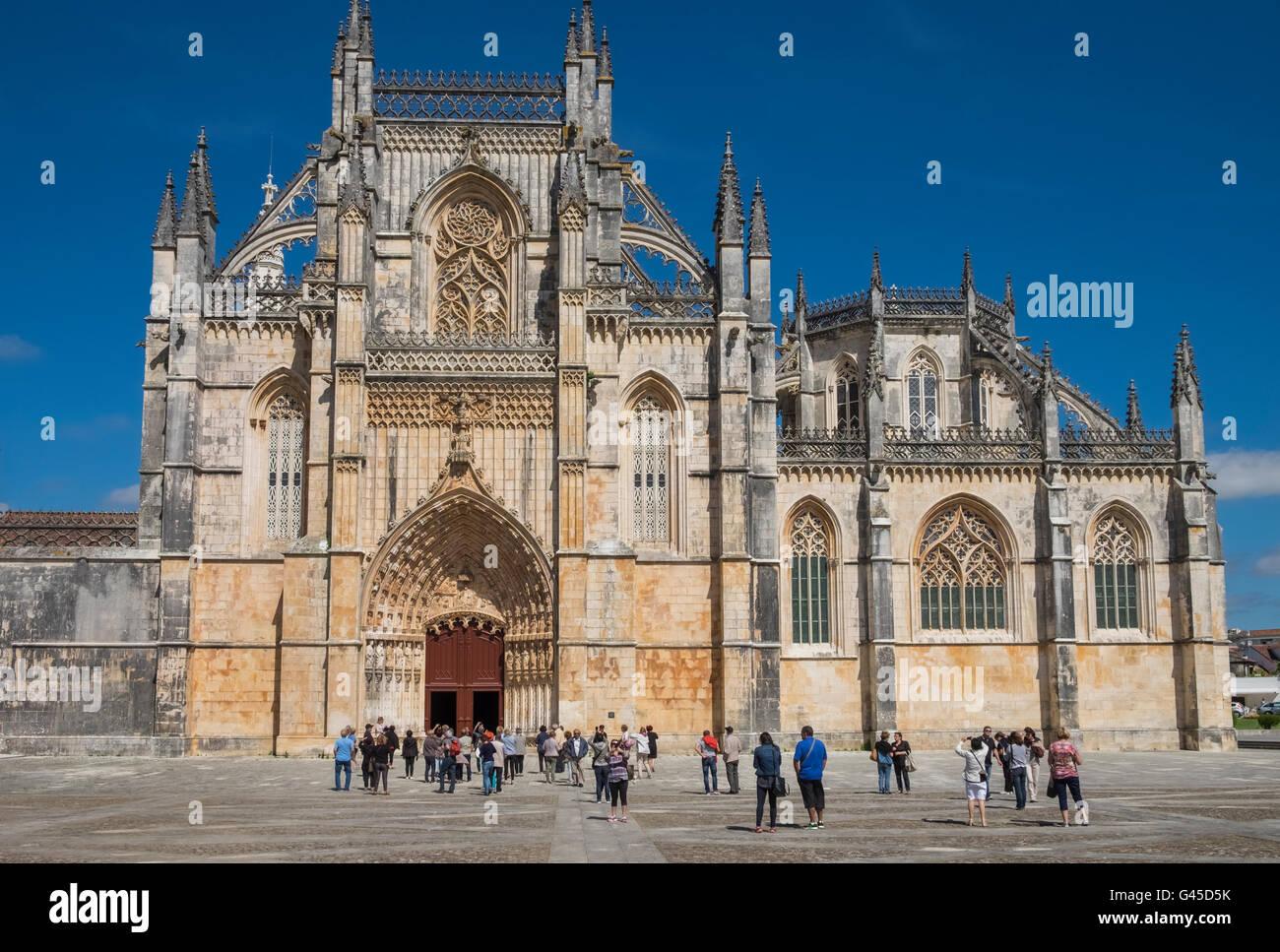 Touristen am Kloster Batalha (Mosteiro da Batalha), ein UNESCO-Weltkulturerbe, Batalha, Portugal Stockbild