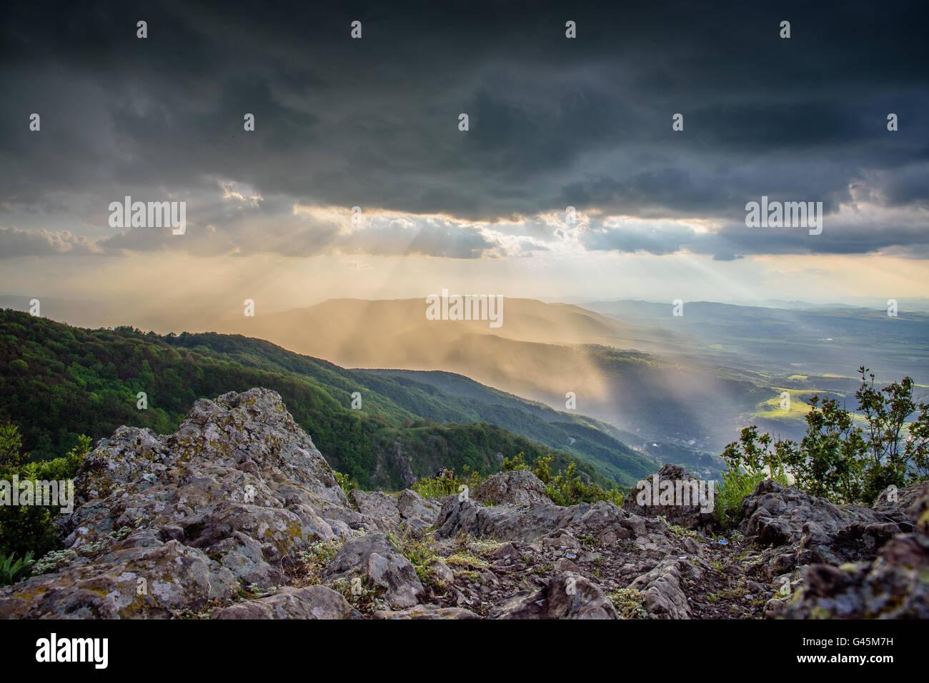 Spotlight - Sonne durch stürmischen Wolken über Sofia, Bulgarien Stockfoto