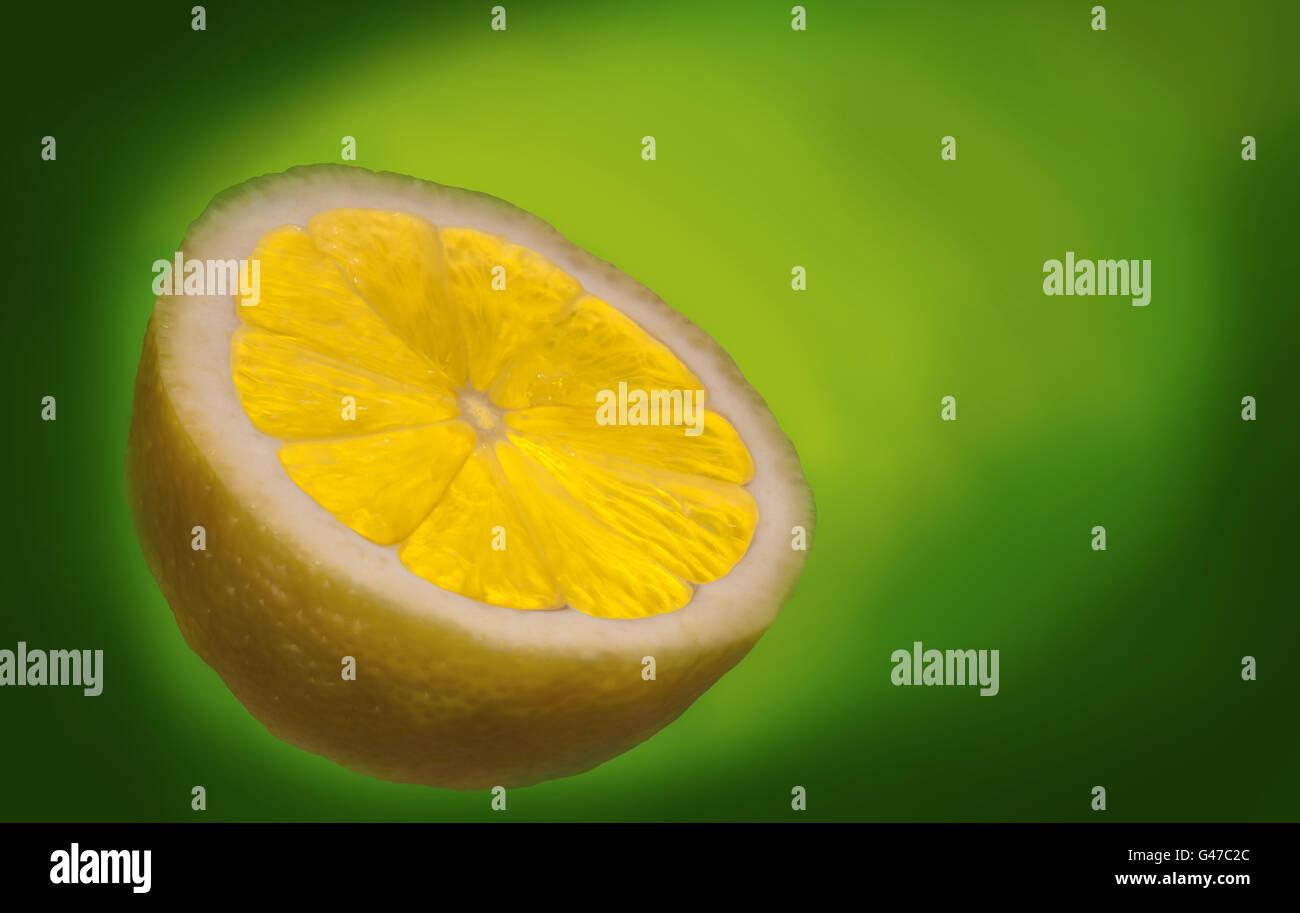 Hinterleuchtete halben Zitrone auf grünem Hintergrund Stockbild