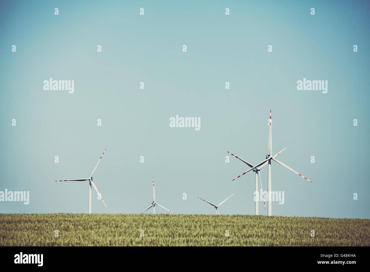 Alte Film Retro getönten Windmühlen auf einem Feld Getreide, alternative Energiekonzept. Stockbild